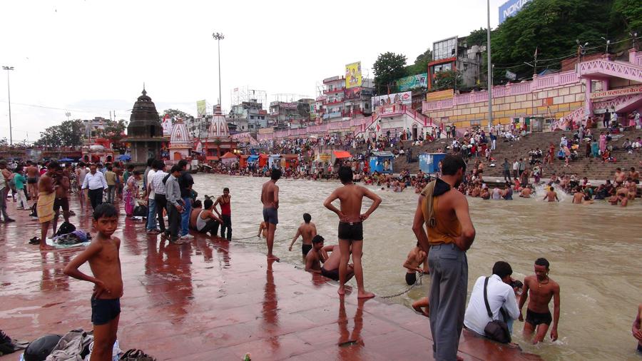 Pilgrims bathing at Har Ki Pairi